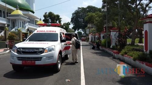 Gugus Tugas Percepatan Penanganan Virus Corona Kota Blitar mengevakuasi pria baru pulang dari Bandung ke RSUD Mardi  Waluyo.