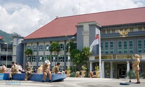 Pemandangan rapat Wali Kota Batu Dewanti Rumpoko bersama Kepala OPD di Taman Balai Kota Among Tani, Senin (23/3/2020). (Foto: Humas Pemkot Batu)