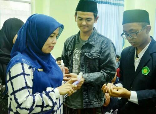 Pemberian hand sanitizer Fakultas Saintek UIN Malang ke mahasiswa penghuni ma'had. (Foto: Humas)