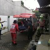 Warga Malang Meninggal Diduga Karena Penyakit Paru-paru, Petugas Lakukan Penyemprotan Disinfektan di Lokasi Kejadian