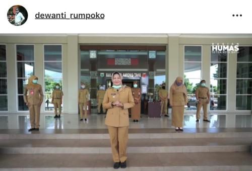 Wali Kota Batu Dewanti Rumpoko bersama pegawainya di Balai Kota Among Tani. (Foto: screenshot instagram)