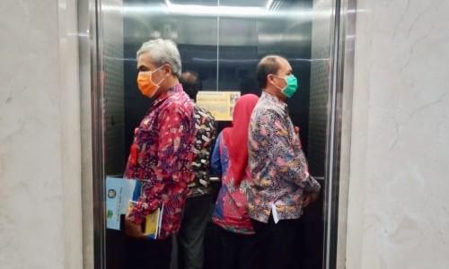 ASN saat naik lift di Balai Kota Among Tani. (Foto: Instagram @rumpokodewanti)