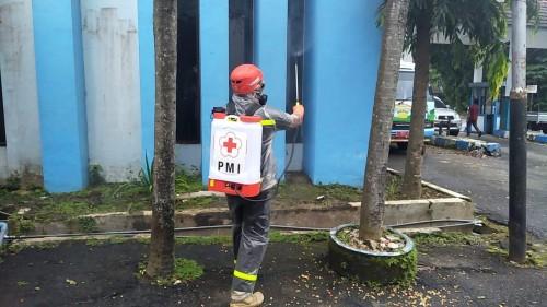 Petugas saat melakukan penyemprotan disinfektan di wilayah Kabupaten Malang