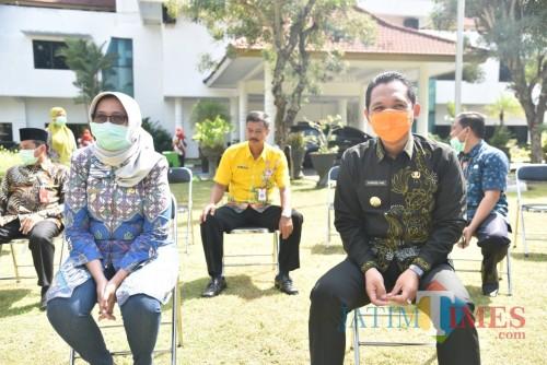 Bupati dan Wabup Lumajang berjemur di halaman Pemkab Lumajang (Foto : Moch. R. Abdul Fatah / Jatim TIMES)