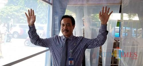 Direktur RSUD dr. Iskak, Supriyanto  saat melewati bilik disinfektan di Satpas SIM Polres Tulungagung (Joko Pramono/ JatimTIMES)