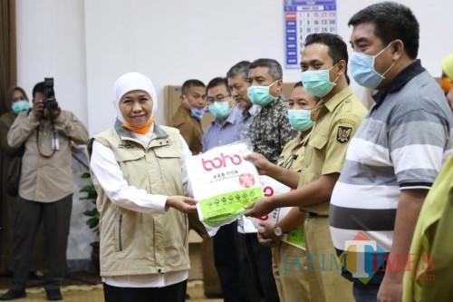 Gubernur Khofifah Bagikan 7.100 APD ke 64 Rumah Sakit Rujukan Covid-19