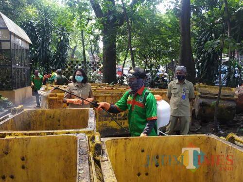 Kepala DLH Kota Malang, Rinawati (wanita pakai masker putih) saat memantau penyemprotan desinfektan di TPS (Hendra Saputra)