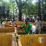 Kantor Hingga Pemakaman Umum Tak Luput dari Penyemprotan Disinfektan oleh DLH Kota Malang