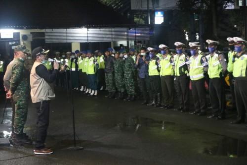 Pasukan operasi gabungan yang siap membubarkan kerumunan di Kota Malang (Humas Pemkot Malang).