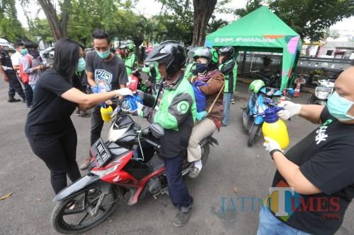 Gojek Surabaya Lengkapi Ribuan Mitranya dengan Masker dan Hand Sanitizer
