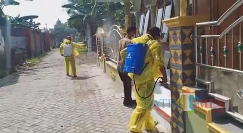 Penyemprotan disinfektan terlihat dilakukan di masjid Desa Sawiji, Kecamatan Jogoroto, Jombang. (Foto : Adi Rosul / JombangTIMES)