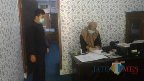 Staf Sekwan DPRD Banyuwangi melakukan aktivitas pelayanan (Nurhadi/ JatimTIMES)