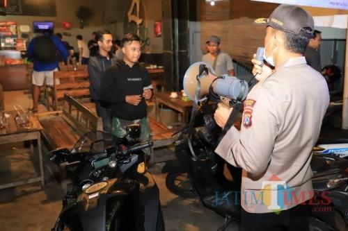 Antisipasi Coronavirus Polres Kediri Giat Patroli Cafe dan Tempat Nongkrong. (Foto: Bambang Setioko/JatimTIMES)