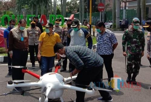 Forkopimda Kota Malang Semprotkan Disinfektan dari Udara dengan Drone