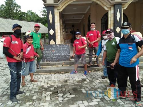 Gerakan Sosial Perang Lawan Corona, Karang Taruna Desa Kedawung Laksanakan Penyemprotan Disinfektan.(Foto : Aunur Rofiq/BlitarTIMES)