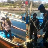 Kapolresta Banyuwangi Semprot Disinfektan Kapal Nelayan