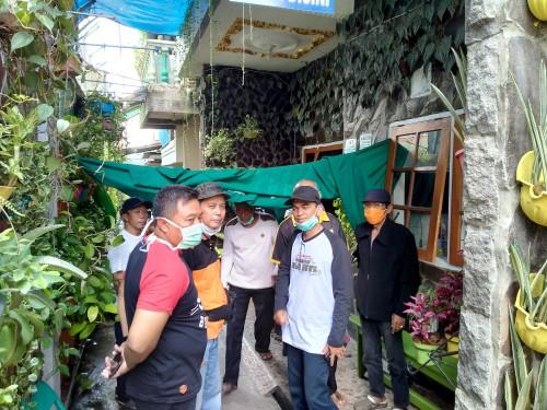 Warga setempat saat berada di depan kediaman ketua RT yang mendadak meninggal dunia. (Anggara Sudiongko/MalangTIMES)