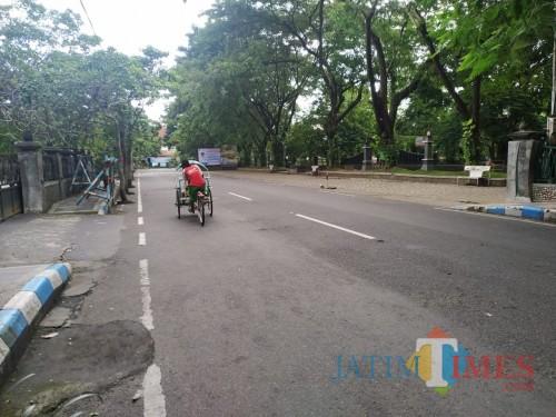 Jalan di alun-alun Tulungagung yang biasanya ramai saat jam kerja, menjadi sepi dan Lengang / Foto : Anang Basso / Tulungagung TIMES