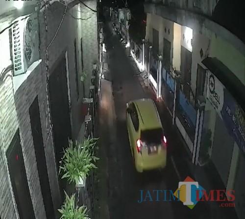 Mobil yang diduga digunakan komplotan pencuri saat membawa kabur pikap hasil curian (Foto : Rengga Yudha Prawira for MalangTIMES)