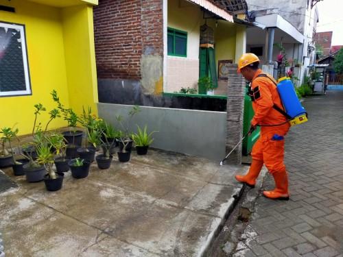 Penyemprotan disinfektan oleh tim BMH Malang ke rumah warga (Istimewa).