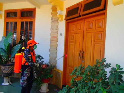 Penyemprotan disinfektan sebagai upaya perangi virus coroma oleh warga .09 Kelurahan Jatimulyo Kecamatan Lowokwaru (Istimewa)