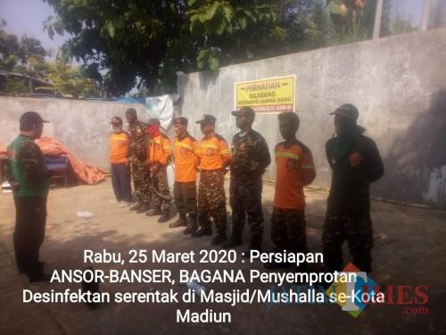 Persiapan Ansor Banser sebelum penyemprotan disinfektan di masjid  dan musala se-Kota Madiun, Rabu (25/3).