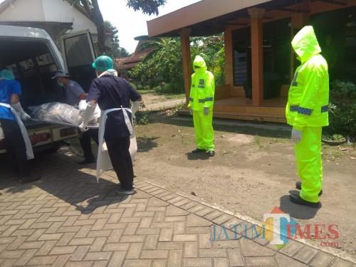Petugas melakukan evakuasi jenazah Aji Riyanto yang meninggal karena sebelumnya sakit  batuk dan pilek / Foto : Dokpol / Tulungagung TIMES