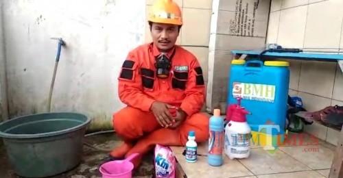 Ruwiyanto, Humas BMH Jatim Gerai Malang saat memberikan tips bagiannya meramu cairan disinfektan (Ist)