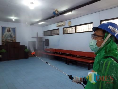 kader PKB saat menyemprot disinfektan di gereja yang ada di jalan Panglima Sudirman (Joko Pramono for Jatim Times)
