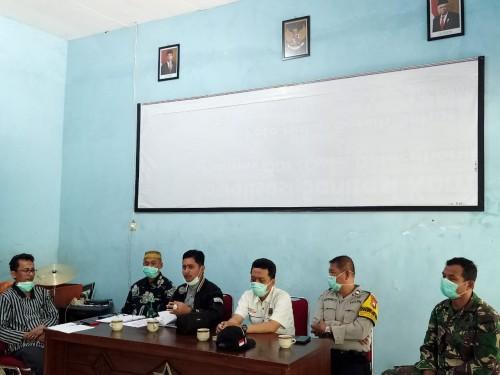 Anggota Komisi C DPRD Kota Malang, Ahmad Fuad Rahman (tengah kenakan jaket hitam) saat menyambangi warga Keluarahan Tunjungsekar (Istimewa).