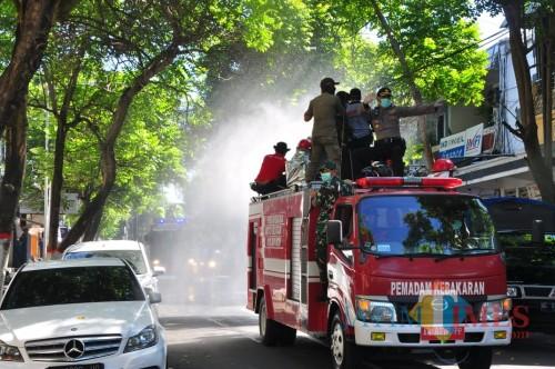 Penyemprotan disinfektan menyasar seluruh ruas jalan di Kota Blitar.