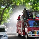Damkar dan Mobil Water Cannon Digerakkan Semprot Disinfektan di Kota Blitar