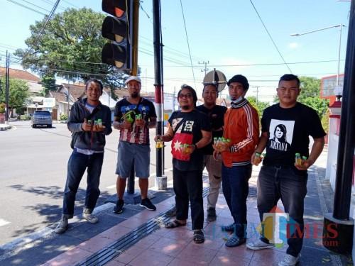 Para musisi yang tergabung dalam komunitas SiRock Merdk Trotoar turun ke jalan sebar hand sanitizer gratis.(Foto : Aunur Rofiq/BlitarTIMES)