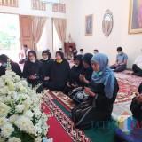 Takziah ke Ibunda Jokowi, Khofifah:  Beliau Sosok Perempuan Low Profile