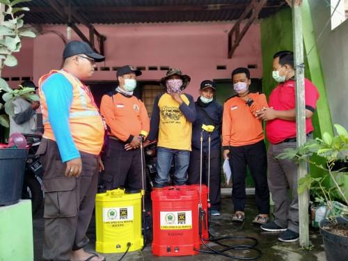 Fraksi PKS DPRD Kota Malang saat menyalurkan bantuan alat kesehatan dan pencegahan Covid-19 dengan keliling Kecamatan di Kota Malang. (Foto: Dokumentasai Fraksi PKS)