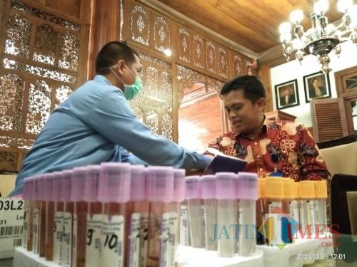 Kabag Pemerintahan Setda kabupaten Tulungagung, Sudarmaji saat diambil daranhnya untuk dites (Joko Pramono for Jatim Times)