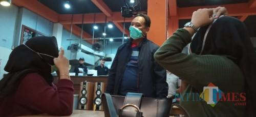 Kapolres Tulungagung,  AKBP Eva Guna Pandia (berdiri) saat meminta pengunjung warung makan untuk membungkus makanan yang dipesanya (foto : Joko Pramono/jatim Times)