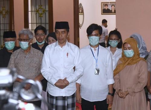 Presiden Joko Widodo saat memberikan keterangan pers di rumah duka, perihal kabar meninggalnya sang ibunda, Sudjiatmi Notomiharjo. (Foto: twitter @setkabgoid)