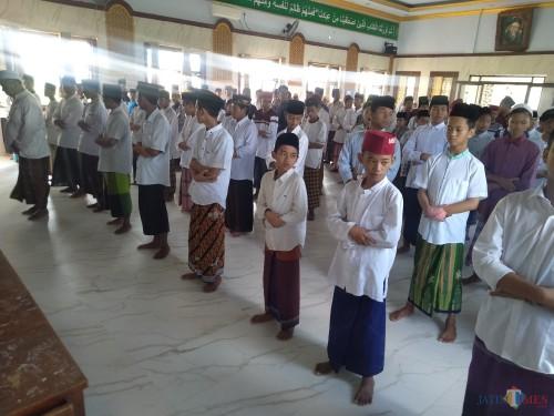 Santri Al-Aqobah salat gaib untuk ibunda Jokowi. (Foto : Adi Rosul / JombangTIMES)