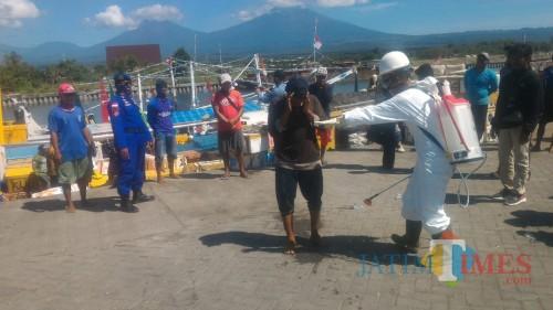 Suasana Edukasi dan Penyemprotan Disinfektan di Kawasan Bongkar Muat Kapal Antar Pulau Pantai Boom Banyuwangi Nurhadi Banyuwangi Jatim TIMES