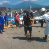 Satgas Covid 19 Kecamatan Banyuwangi Lakukan Penyemprotan pada ABK Kapal Antar Pulau