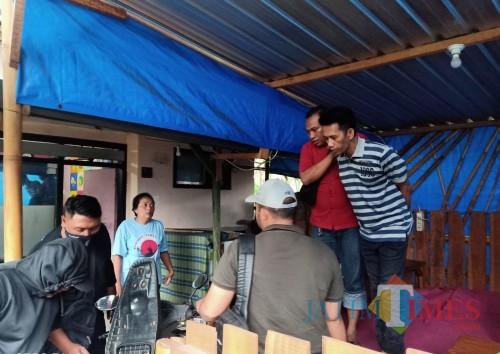 Tersangka Mulyadi (kaos garis-garis) saat digerebek polisi karena menjadi bandar judi online (Foto : Polsek Singosari for MalangTIMES)