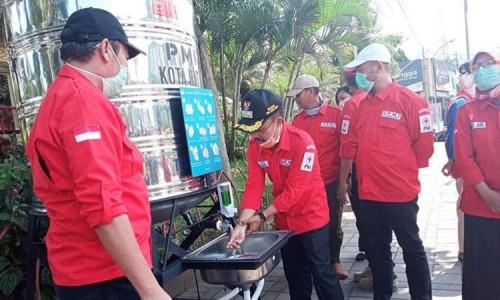 Wakil Wali Kota Batu Punjul Santoso saat mencuci tangan di Alun-Alun Kota Batu. (Foto: istimewa)