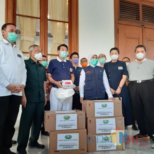 Bantuan alat rapid test dari Yayasan Tzu Chi Buddha yang diterima Gubernur Jatim Khofifah.