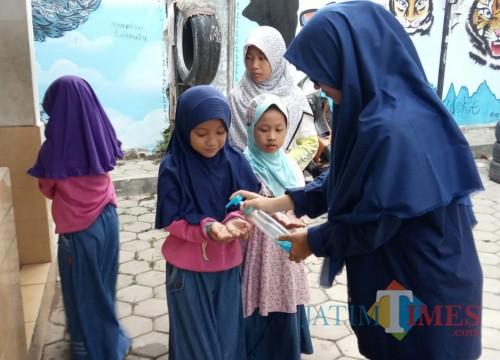Praktek Cuci Tangan Yang Benar Santri TPQ Masjid Baitul Jannah Banjarsari Glagah Banyuwangi Nurhadi Banyuwangi Jatim TIMES