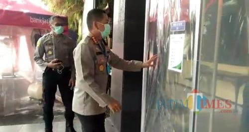 Kapolresta Malang Kota Kombespol Leonardus Simarmata saat akan memasuki kantor polresta melewati bilik semprot disinfektan terlebih dulu. (ist)