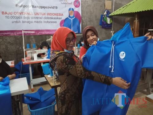 Mamik Endarni (jilbab merah) menunjukan bau pelindung yang akan disumbangkan kepada tenaga medis (Joko Pramono for Jatim Times)