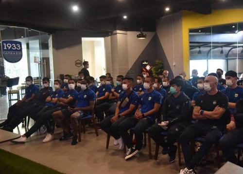 Pemain Persib Bandung dan ofisial saat lakukan meeting (Persib Official)