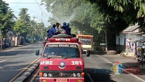 Penyemprotan disinfektan di sejumlah ruas jalan di Lumajang (Foto : BPBD Lumajang / Jatim TIMES)