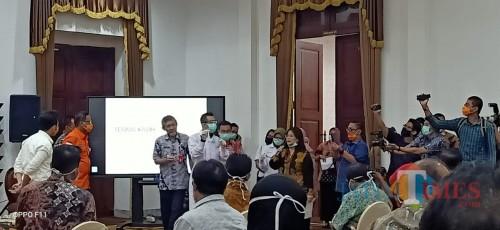 Penyerahan Rapid test dilakukan di Grahadi Surabaya (Foto : Doc RS. Haryoto Lumajang / Jatim TIMES)